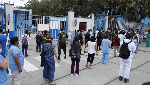 Médicos realizan Largas colas en los exteriores del   Hospital Edgardo Rebagliati para ser vacunados contra el COVID-19. Foto: HUGO PEREZ / @Photo.gec