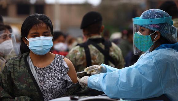 En la primera fase también se inmunizarán a adultos mayores de 60 años. (Foto: Fernando Sangama / @photo.gec)