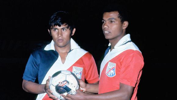 Hugo Sotil y Teófilo Cubillas vistiendo la camiseta que simbolizaba la fusión de Alianza Lima y Deportivo Municipal en 1971. (Foto: PRENSMART).
