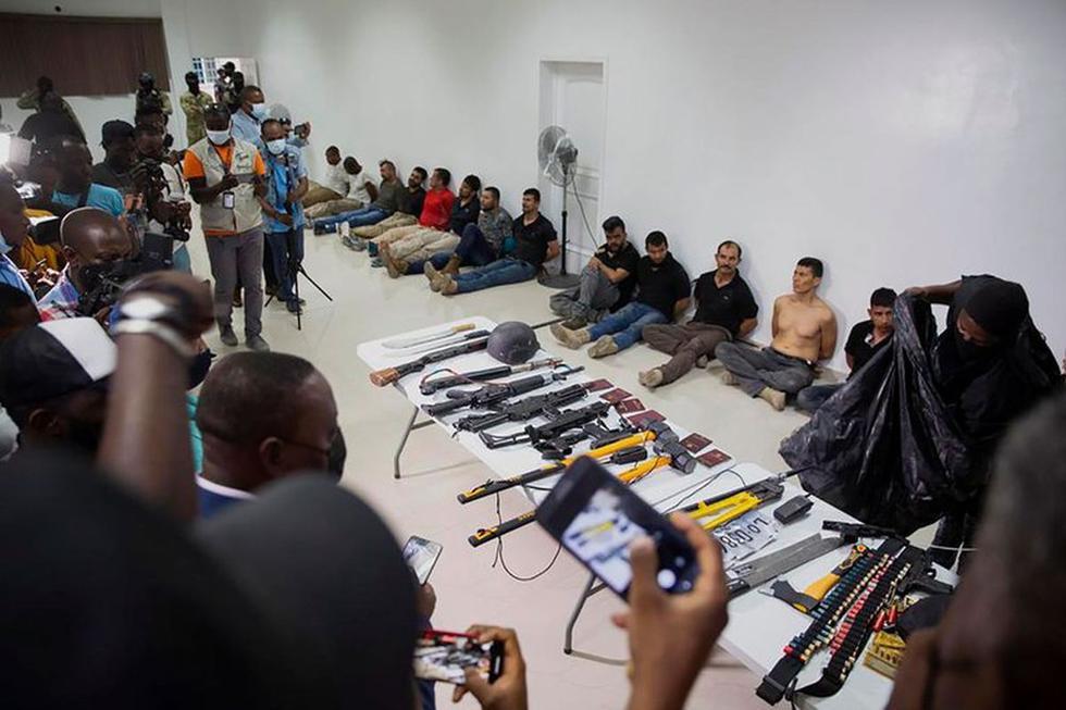 Al menos, 28 sospechosos del asesinato del presidente de Haití, Jovenel Moise, son expuestos a los medios de comunicación, junto con las armas y el equipo que habrían empleado durante el ataque, en la Dirección General de la policía en Puerto Príncipe. (Foto: AP/ Joseph Odelyn)