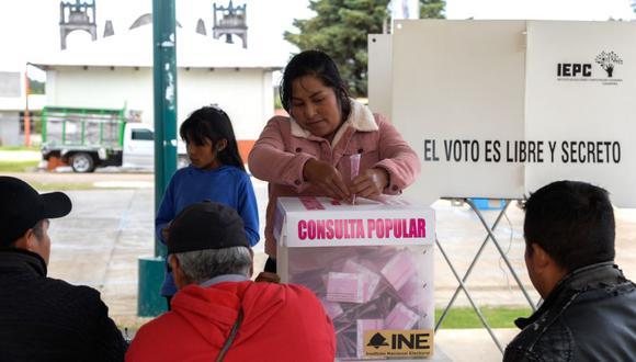 Una mujer vota en la consulta popular convocada por el presidente, Andrés Manuel López Obrador, hoy, en San Juan Chamula, estado de Chiapas (México). (Foto: EFE/ Carlos López).
