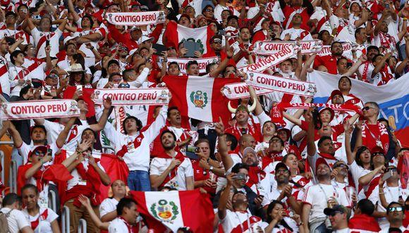 Los hinchas peruanos fueron mayoría en el Mordovia Arena de Saransk en el Mundial Rusia 2018. Dos años más tarde, en pleno confinamiento por el coronavirus, el fútbol -y la industria alrededor del mismo- se ha paralizado. (Foto: AFP)