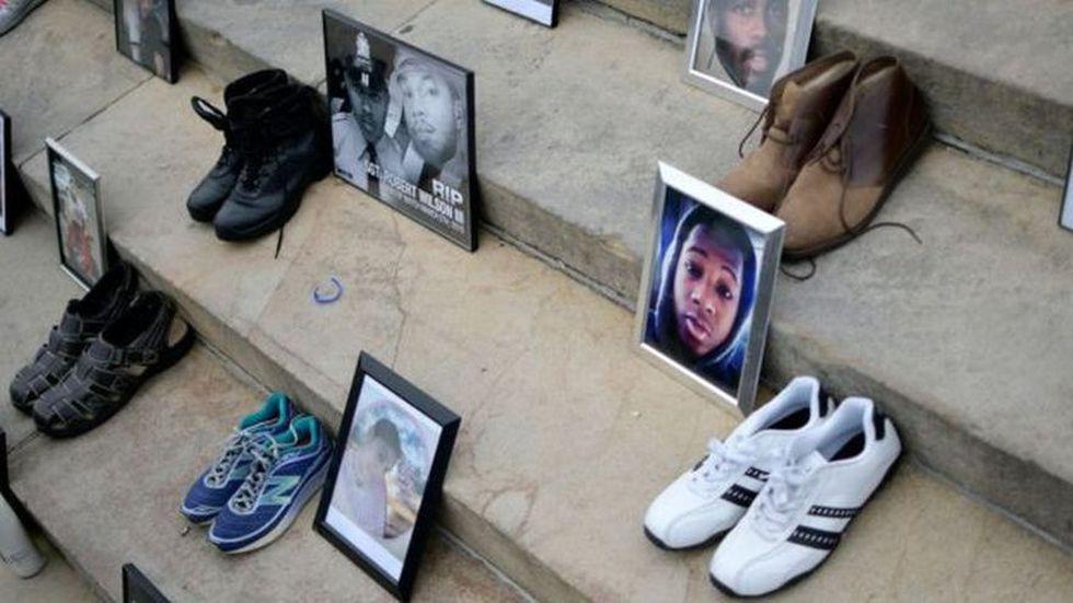 Fotos y zapatos de las víctimas de la violencia armada exhibidas en una protesta contra las armas en Filadelfia en 2018. (Foto: BBC Mundo vía Getty Image)