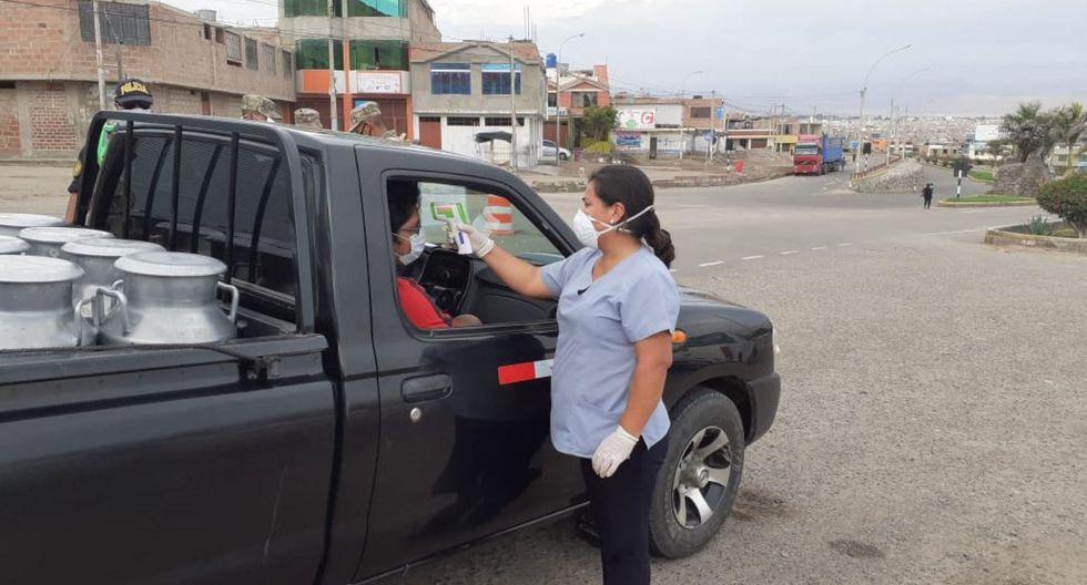 Personal de Salud especializado controla estado de salud de los transportistas que ingresan a Tacna con la finalidad de detectar posibles casos de coronavirus.
