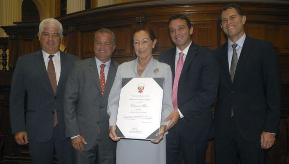 Congreso de la República condecora a Marisa Guiulfo