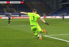 El terrible 'blooper' de arquero de Leverkusen que acabó en autogol ante Arminia Bielefeld | VIDEO