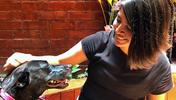 Sol Moscoso junto a su perra Morita, a quien adoptó a través de la plataforma de WUF y a quien hoy le dice Mora de cariño. (Foto: Andrea Carrión)