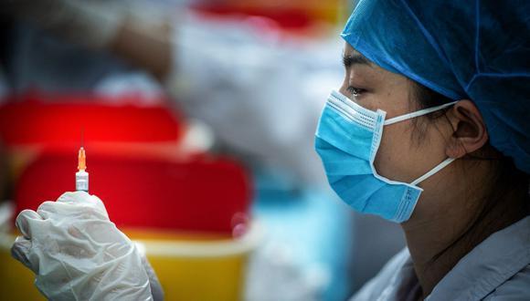 Personal médico prepara una dosis para que un estudiante universitario se vacune contra el coronavirus Covid-19 en una universidad de Wuhan, en la provincia central china de Hubei. (Foto de STR / AFP).