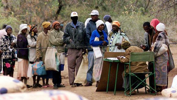 Los zimbabuenses se alinean para recibir ayuda de socorro distribuida por el Programa Mundial de Alimentos en Nhwali, suroeste del país. (Foto: AP/Archivo)