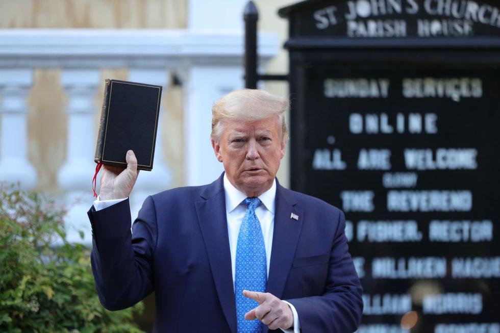 El presidente de los Estados Unidos, Donald Trump, sostiene una Biblia durante una oportunidad para tomar fotos frente a la iglesia St. John's Episcopal. (REUTERS/Tom Brenner).