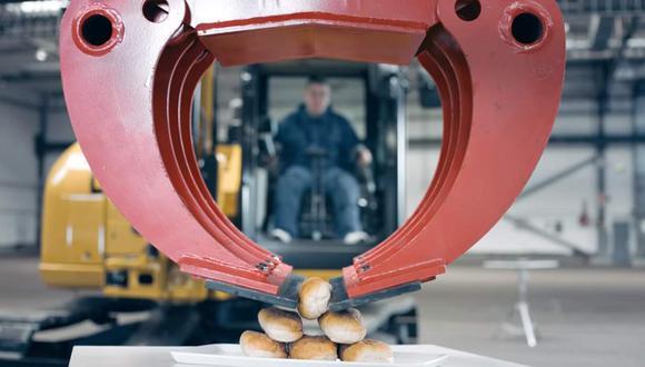 la empresa noruega de combustibles Statoil lanzó esta publicidad donde se aprecia al operador de maquinaria amarilla Juha-Pekka Perämäki utilizar una excavadora para armar un pan con hot-dog.