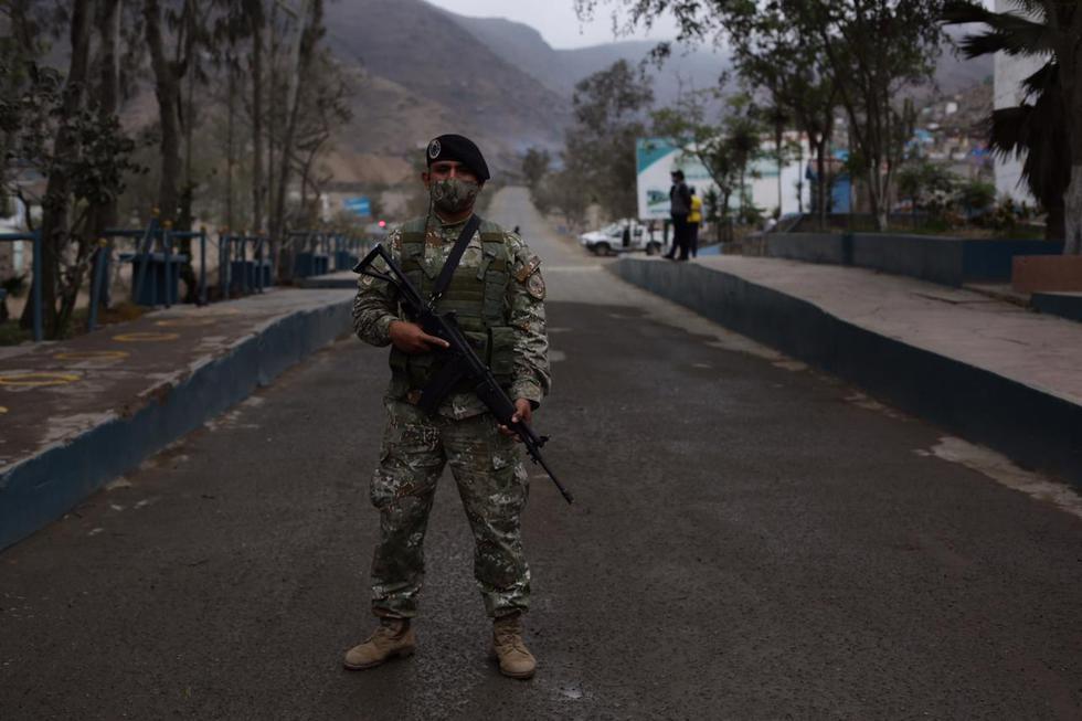Miembros de las Fuerzas Armadas, así como de la Policía Nacional, resguardaron los ingresos en diferentes cementerios de la capital. (Fotos: Fernando Sangama / @photogec)