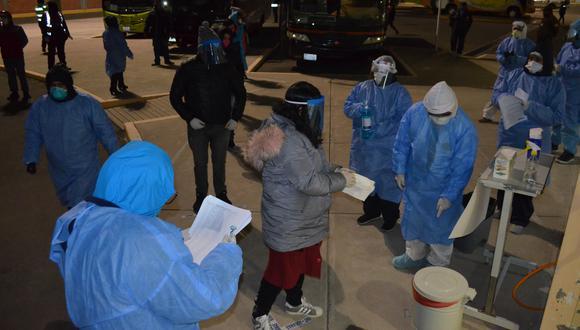 Peruanos repatriados desde Bolivia reciben controol médico en Cebaf. (Foto: Carlos Fernández)