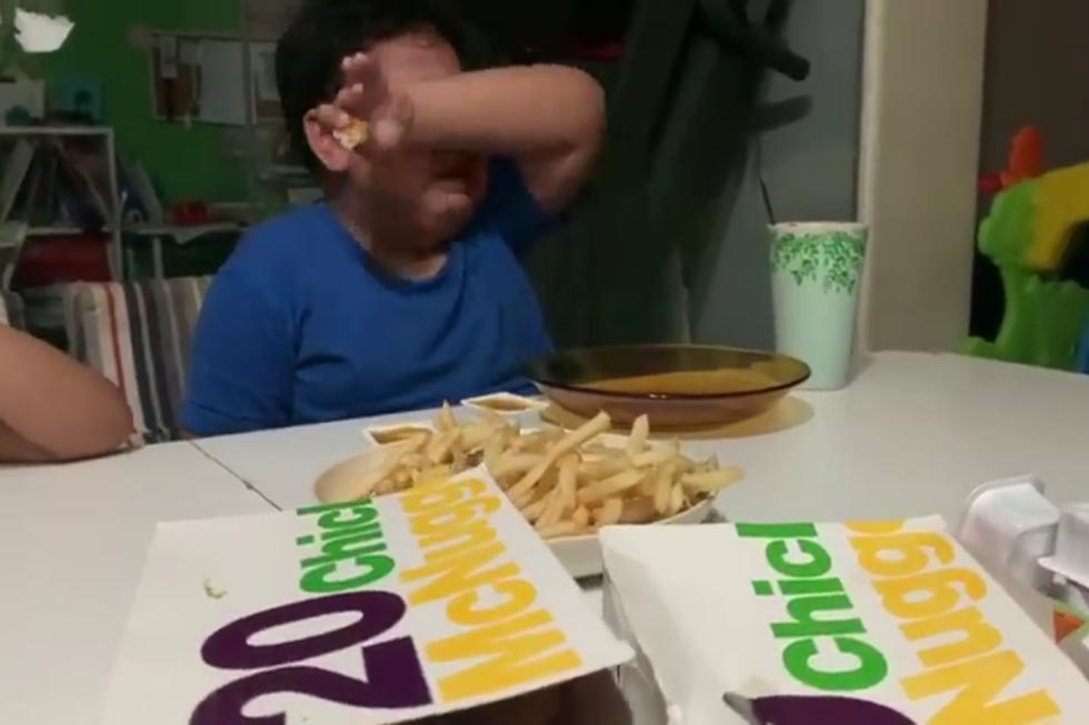 Un niño con autismo se convirtió en una estrella en redes sociales por su conmovedora reacción al comer McDonald's por primera vez tras varias semanas en confinamiento. (Fotos: WatiWan MayaAdam CyraRysa en Facebook)
