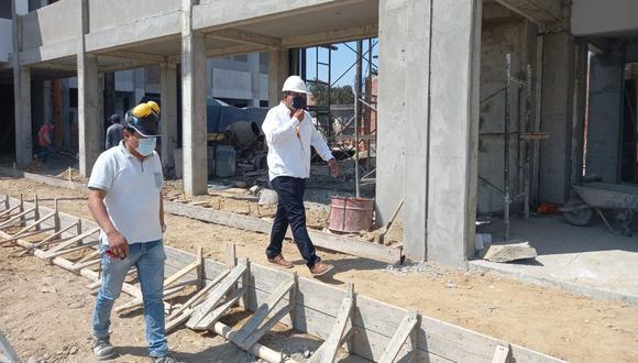 En su recorrido luego del temblor, el alcalde inspeccionó las obras que se vienen construyendo en la provincia de Sullana. En la imagen, se encuentra en el colegio Javier Pérez de Cuellar en Villa Primavera, ubicado a 10 minutos de la ciudad. (Foto: Municipalidad Provincial de Sullana)