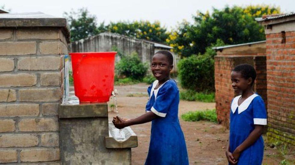 Unas niñas se lavan las manos en una escuela de Malawi: un ejemplo de cómo los cambios de hábitos pueden salvar vidas. (Foto: BBC Mundo vía Getty Image)