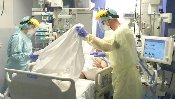 La pandemia del coronavirus ha ocasionado la muerte de más de 35.000 personas en más de 170 países. Imagen de un paciente en un hospital de Bruselas, en Bélgica. Foto: REUTERS/Yves Herman