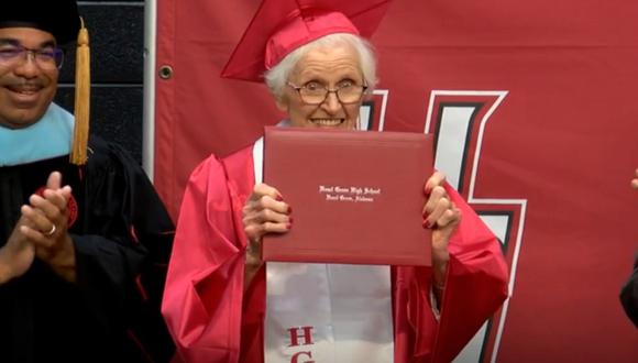 Se gradúa de la secundaria con 94 años tras dejar los estudios para que su esposo fuese a la guerra . (Foto: WKYC Channel 3)