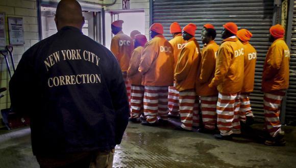 Imagen de archivo en la que se ven varias personas durante la jornada de trabajo de la mañana en la prisión de la Isla Rikers. AP