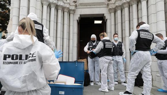 Especialistas forenses inspeccionan el lugar de un ataque con cuchillo en la iglesia de Notre Dame en Niza, Francia, el 29 de octubre de 2020. (EFE/EPA/ERIC GAILLARD).
