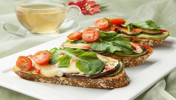 Bruschettas vegetarianas e infusión de alivio