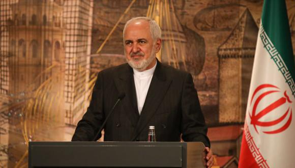 El Ministro de Relaciones Exteriores de Turquía muestra al Ministro de Relaciones Exteriores de Irán, Mohammad Javad Zarif, hablando durante una conferencia de prensa en Estambul, Turquía. (Foto: EFE / EPA / CEM OZDEL).
