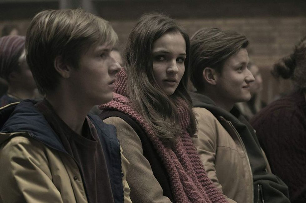 "Louis Hofmann es Jonas, Lisa Vicari es Matha y Paul Lux es Bartosz en ""Dark"" (Foto: Netflix)"