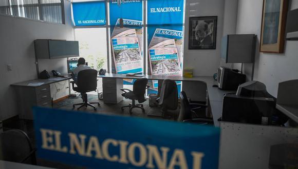 Un empleado trabaja en una sala del diario venezolano El Nacional en Caracas el 14 de junio de 2019. (Foto de Federico PARRA / AFP).