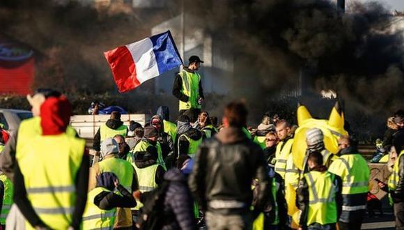 """Miles de personas encabezadas por el movimiento de los """"chalecos amarillos"""" protestaron en Francia en los últimos días por la anunciada subida en el precio de los carburantes. (Getty Images vía BBC)"""
