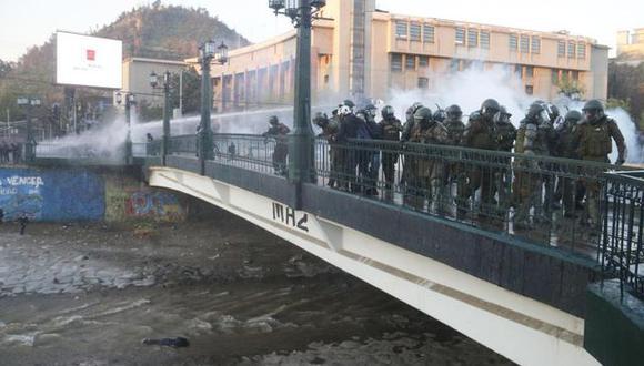 El menor que fue arrojado al río Mapocho por un carabinero permanece internado en un hospital. (Foto: EFE/ Sebastián Silva).