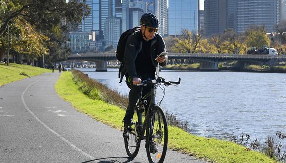 Un hombre maneja bicicleta en Melbourne el 2 de junio de 2021 en medio del cierre por coronavirus de la segunda ciudad más grande de Australia. (Foto de William WEST / AFP).