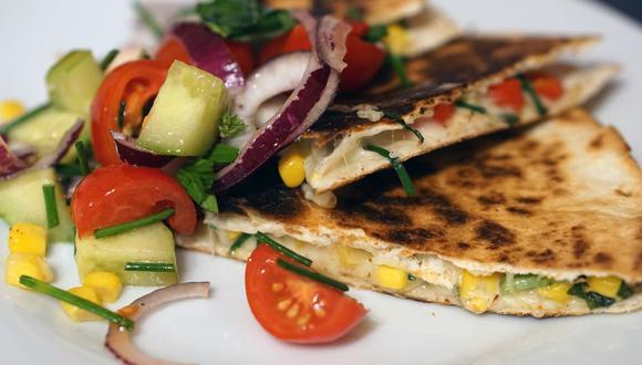 La quesadilla es uno de los platillos mexicanos más amados y dependiendo de la región se puede rellenar de queso u otros ingredientes. Eso sí, se come caliente. (Foto: Pixabay)
