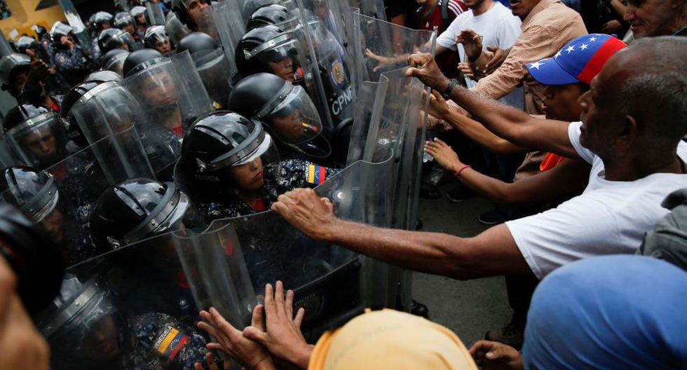 Demonstrators scuffle with security forces during a protest in Caracas, Venezuela March 10, 2020. REUTERS/Manaure Quintero