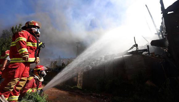 La falta de hidrantes dificultó el trabajo de los bomberos. (Foto: Melissa Valdivia)