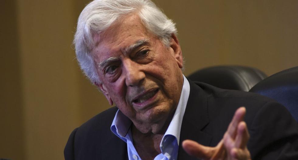 Mario Vargas Llosa señaló que ahora que está en casa tiene bastante tiempo libre para dedicarle a la lectura. (AFP).