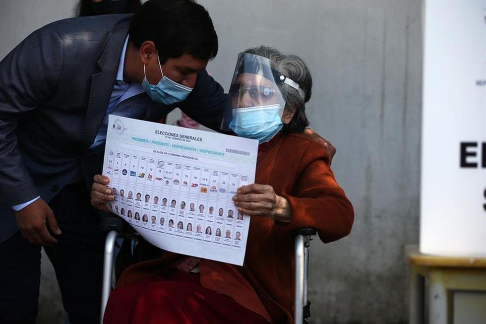 Resultado de imagen para ecuatorianos acuden a votar en elecciones geneales