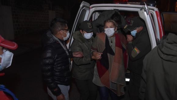 La expresidenta interina de Bolivia Jeanine Áñez (centro) es trasladada hoy, a otra prisión, en La Paz. (EFE/ Stringer).