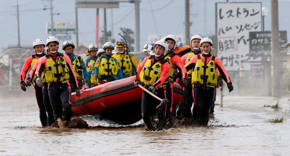 Los equipos de rescate llevan un bote de goma mientras buscan a sobrevivientes en un área inundada después del impacto del tifón Hagibis, que causó graves inundaciones en Nagano,, Japón. (REUTERS / Kim Kyung-Hoon).