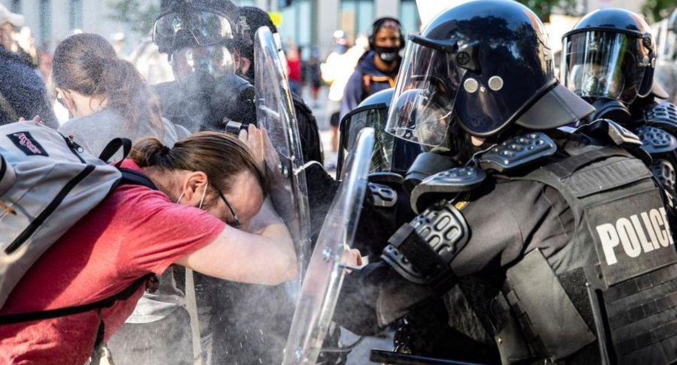 Los agentes rocían gas pimienta a un manifestante cerca de la Casa Blanca. (EFE / EPA / SAMUEL CORUM).