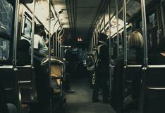 Hombre sube a tren cargando enorme viga de metal y la reacción de los pasajeros generó asombro en redes