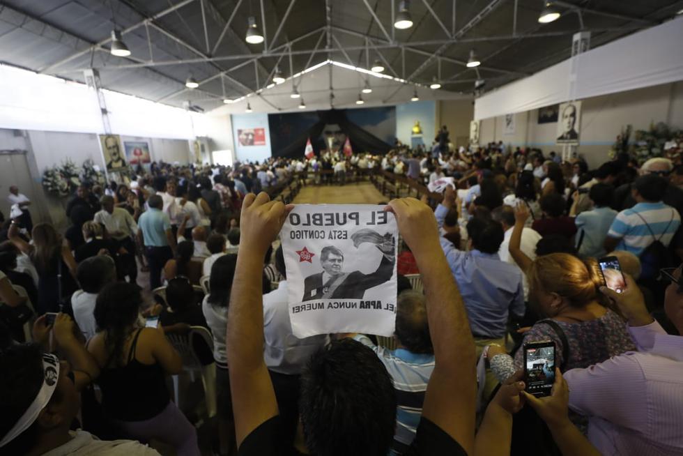 Decenas de militantes y simpatizantes apristas visitaron la Casa del Pueblo para participar en el segundo día del velorio de Alan García. (Foto: César Campos / GEC)