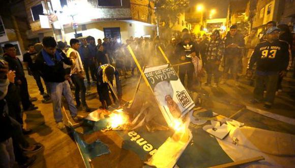 Queman carteles de Chimpum Callao en Carmen de la Legua