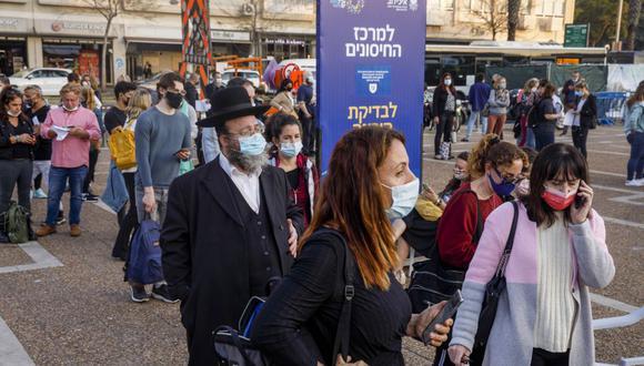 La gente hace cola frente a un centro de vacunación masiva contra el Covid-19 en la plaza Rabin en Tel Aviv, Israel. (Foto: Kobi Wolf / Bloomberg).