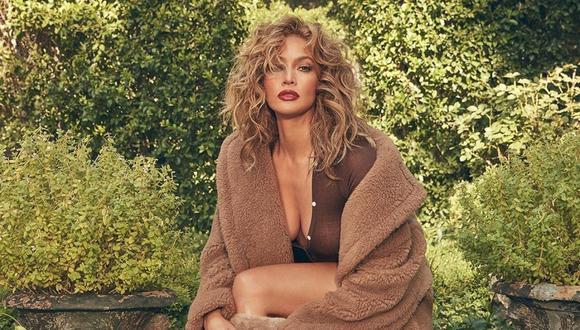 Jennifer Lopez sorprende autografiando los productos de su línea de belleza. (Foto: Instagram / @jlo).