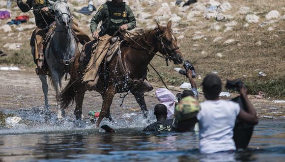 La Patrulla Fronteriza de Estados Unidos sobre sus caballos agrede a migrantes haitianos. AP