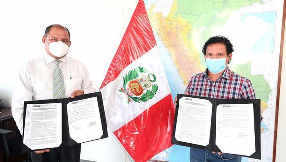 El alcalde de Morona, Víctor Pérez Ramírez (camisa a cuadros), y el coordinador general del Pronis, Fredy Jordán, muestran los documentos del convenio. (Foto: Pronis)
