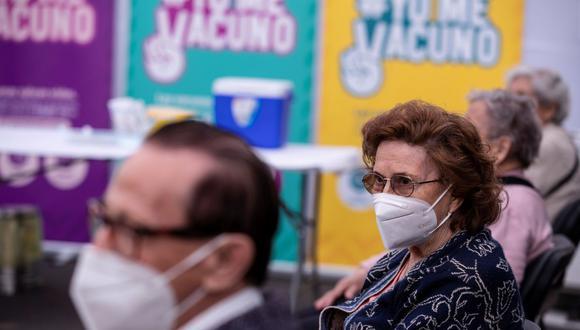 Vocero de Essalud pidió calma a asegurados y señala que todos serán inmunizados contra el COVID-19. (Referencial/EFE/ Alberto Valdés).