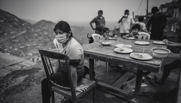 En medio del frío y la neblina que cubre hasta los pies, los vecinos de Manolo Castillo, un humilde sector de Villa María del Triunfo, esperan un plato de comida, quizá el único del día. (Foto: Anthony Niño de Guzmán/GEC)