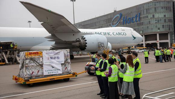 Las vacunas Pfizer-BioNTech contra la enfermedad del coronavirus (COVID-19) se transportan a un almacén después de descargarlas de un avión en el Aeropuerto Internacional de Hong Kong, China, el 27 de febrero de 2021. (Jerome Favre/Pool/REUTERS).