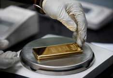 Oro retrocede desde máximos históricos mientras dólar recobra fuerza
